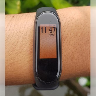Mi Band 4 with transparent watchface? Download it now!