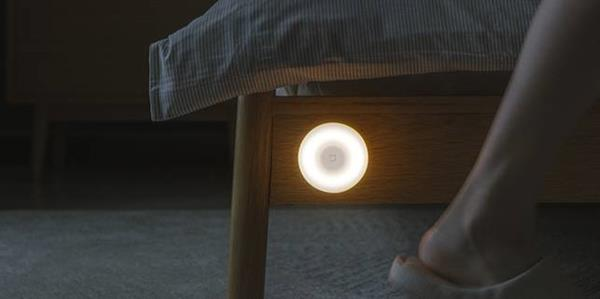 This Xiaomi light is perfect: it costs only 10 €, has an infrared sensor and the battery lasts up to 15 months 2