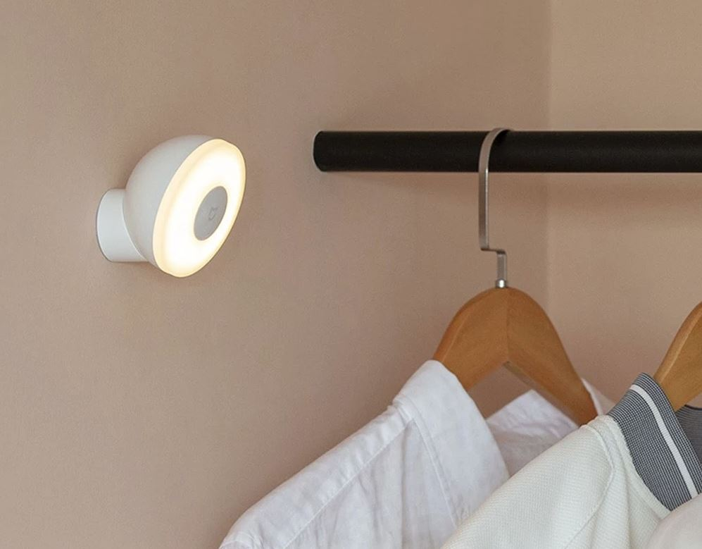 This Xiaomi light is perfect: it costs only 10 €, has an infrared sensor and the battery lasts up to 15 months